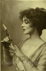 Edwardian-woman-makeup-mirror