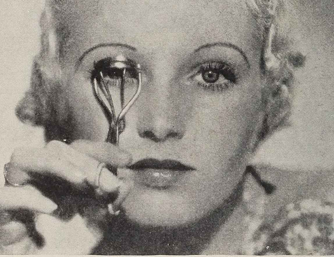 The-Secret-to-applying-1930s-Cake-Mascara---eyelash-curler2