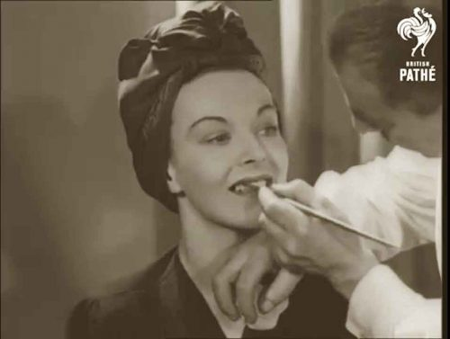 Secrets-of-Make-up-According-to-Pathe-News-1944-5